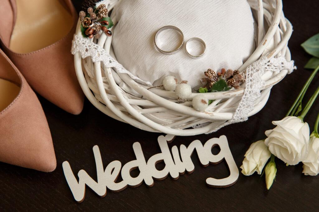 Jasno różowe szpilki na ślub, obrączki i ozdoby ślubne