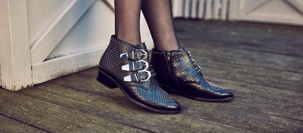 Czarne buty damskie ze srebrnymi klamrami