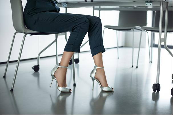 Kobieta w srebrnych sandałach na szpilce