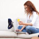 Kobieta kupuje buty online