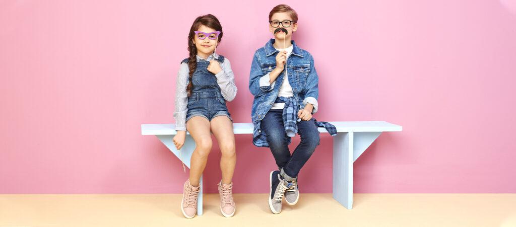 Chłopczyk i dziewczynka w trampkach