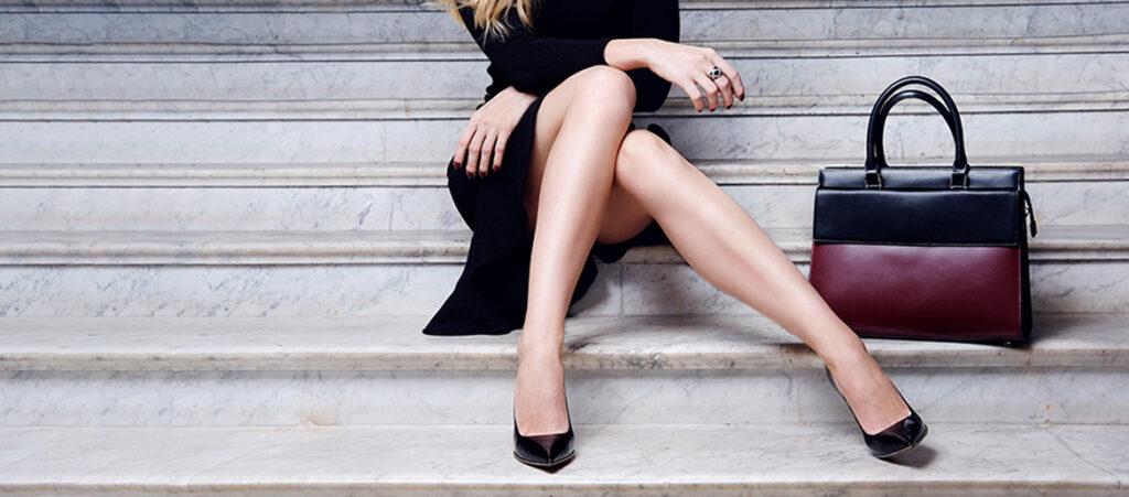 Czarna sukienka i czarne szpilki
