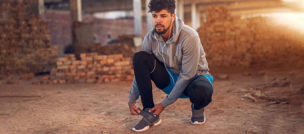 Mężczyzna w sportowych butach na rzepy
