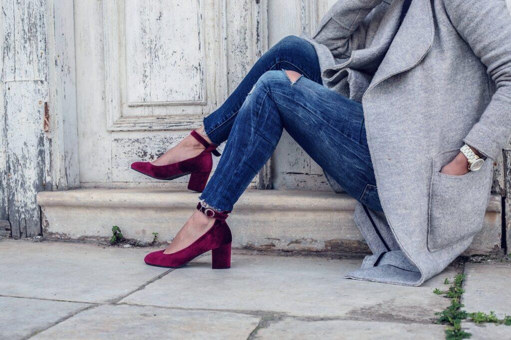 śliwkowe buty na słupku z paskiem na modelce