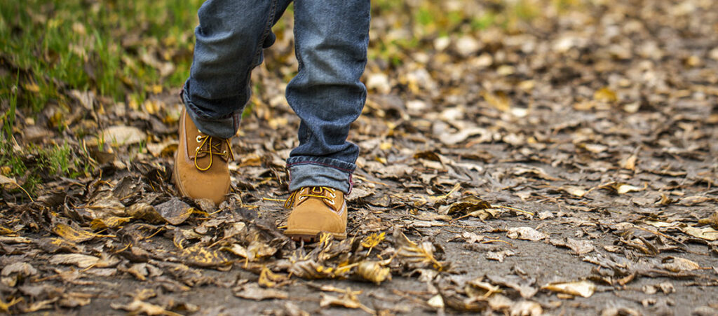 nogi chłopca w jesiennych traperach