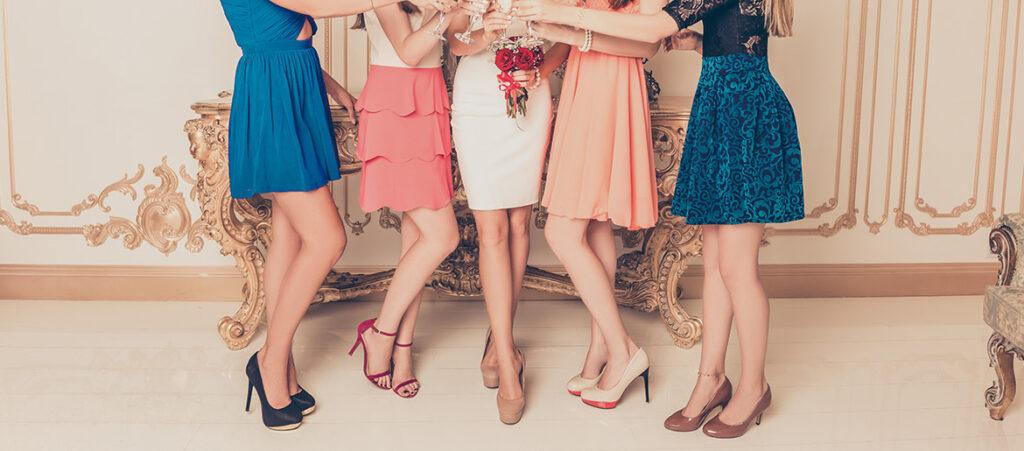 Pięć kobiet w szpilkach bawiących się na weselu