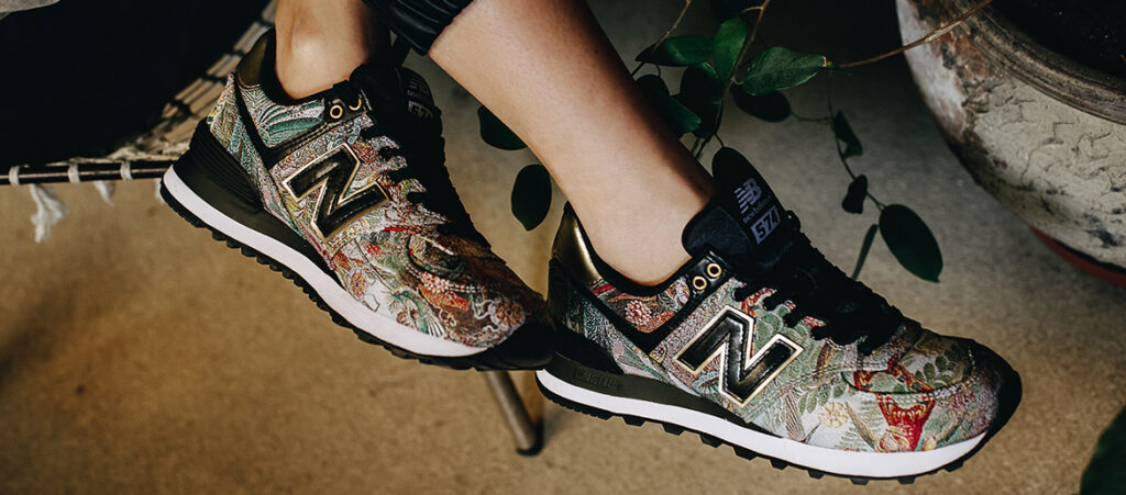 Kobiece stopy w kolorowych sneakersach New Balance