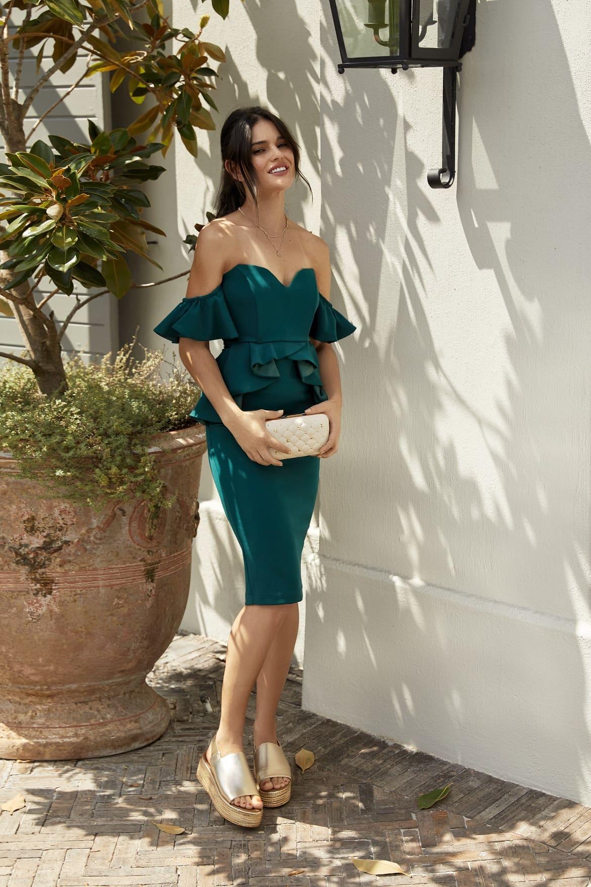 Modelka w zielonej sukience hiszpance i espadrylach