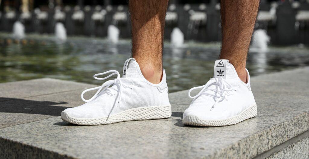 białe sneakersy marki adidas