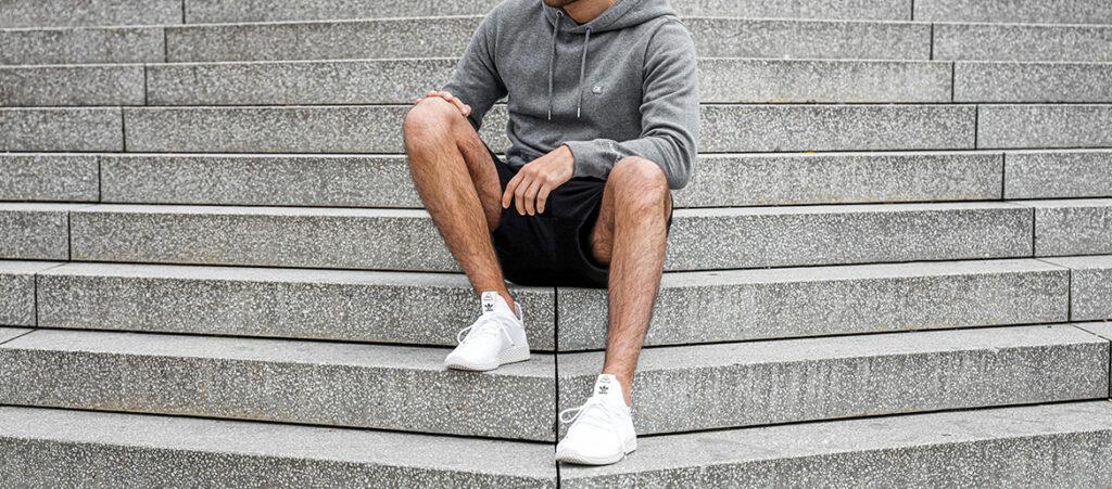 białe buty adidas na schodach