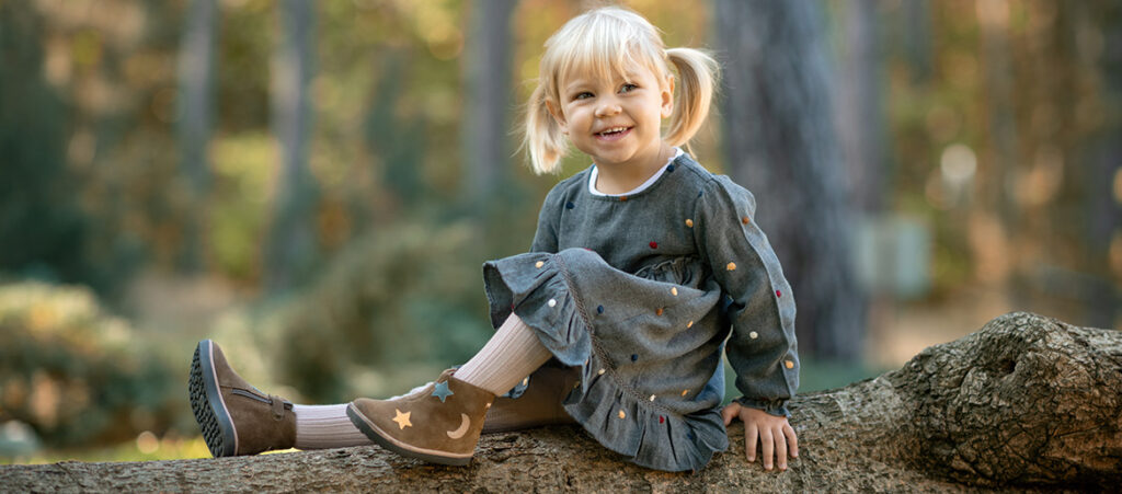 Dziewczynka w brązowych bucikach
