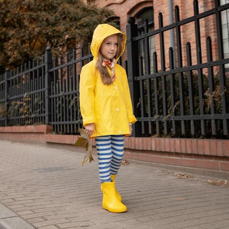 Dziewczynka w żółtych kaloszach