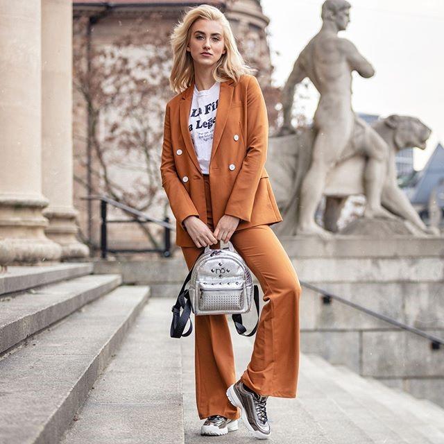 Srebrne sneakersy Fila z pomarańczowym garniturem