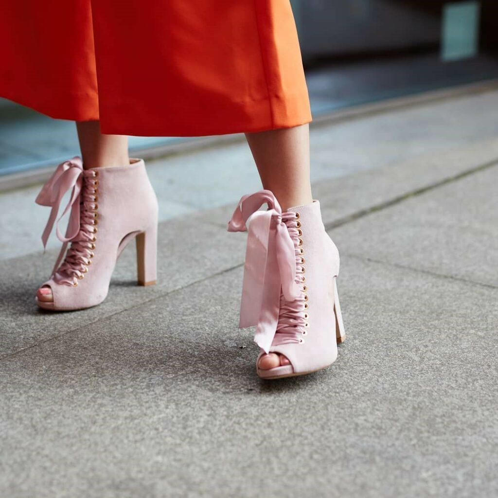 Różowe wiązane botki peep toe
