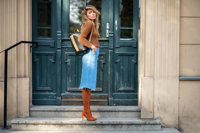 Stylizacja z brązowymi kozakami za kolano i spódnicą jeansową
