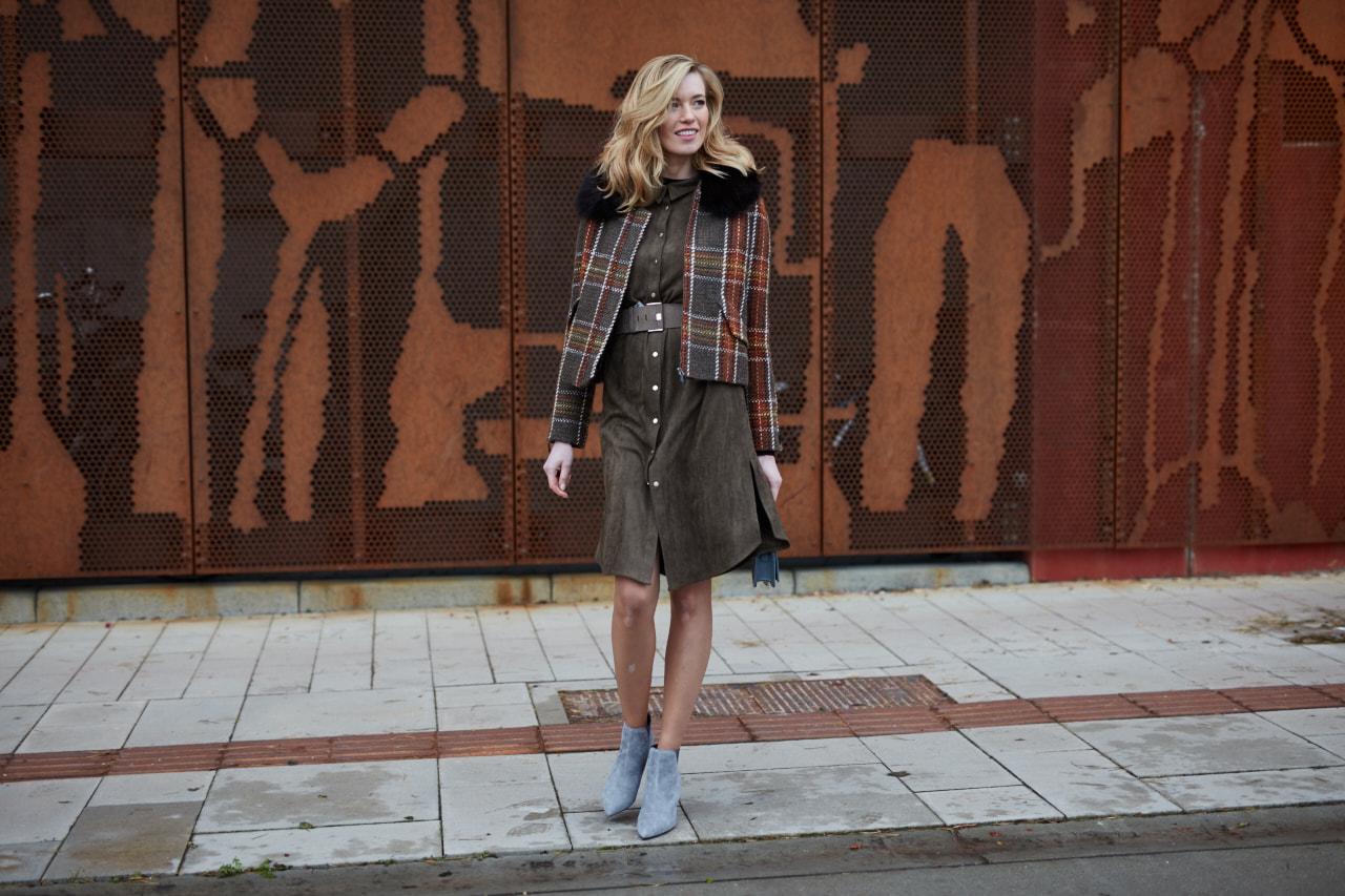 Modelka w sukience khaki i szarych botkach