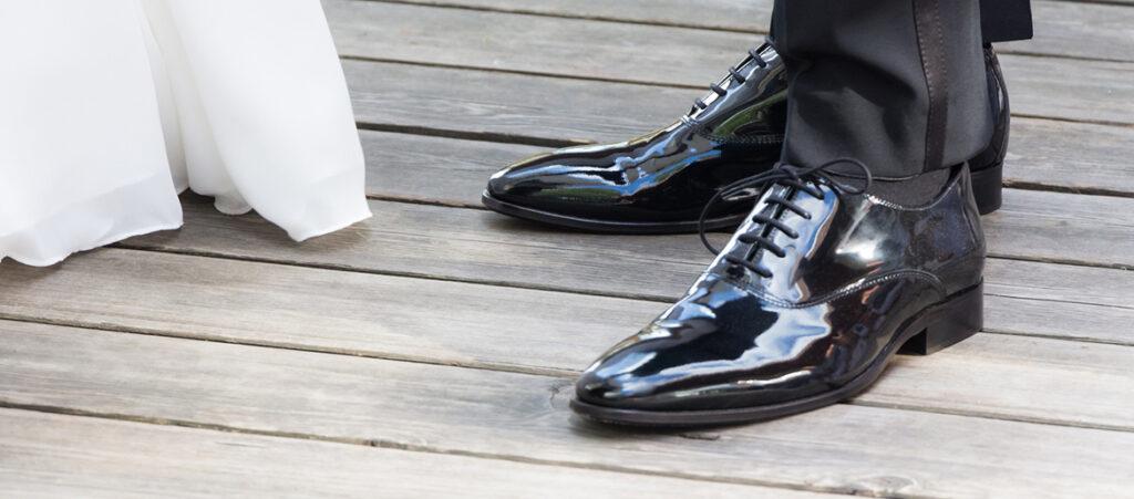 Czarne buty do garnituru ślubnego