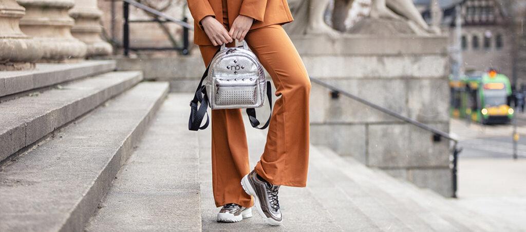 Stylizacja z garniturem i sneakersami Fila