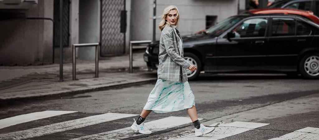 Sneakersy damskie i spódnica