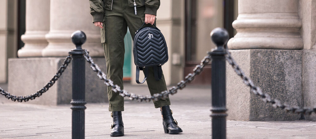 Workery damskie_stylizacja militarna z plecakiem
