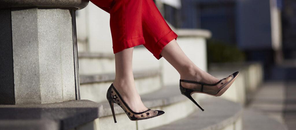 Szpilki damskie w gwiazdki z czerwonymi spodniami