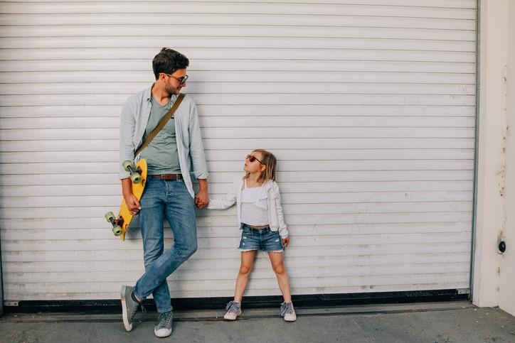 Tata i córka w podobnych stylizacjach