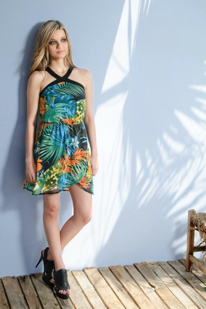 sukienka w liście tropikalne i peep toe na obcasie