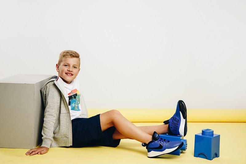 chłopiec w butach nike