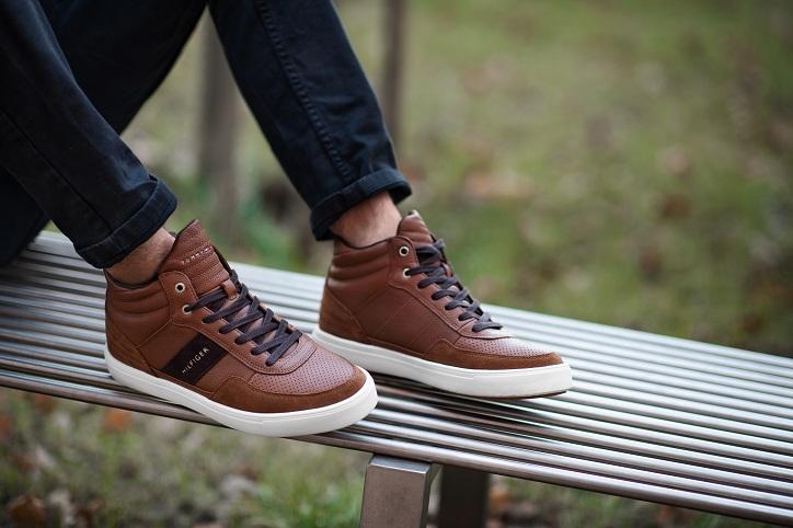 sneakersy męskie tommy hilfiger brązowe na nogach
