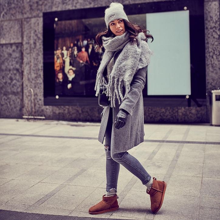 buty emu brązowe na modelce stylizacja