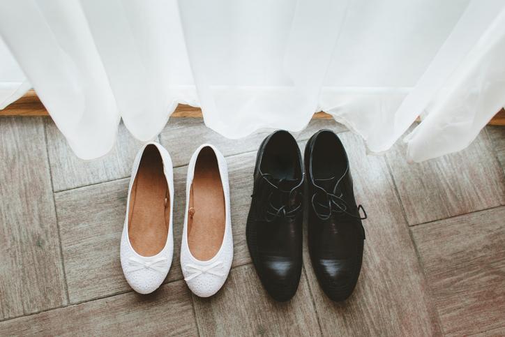 Białe baleriny i czarne męskie buty wizytowe do ślubu