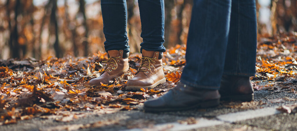 Mężczyźni w jesiennych butach