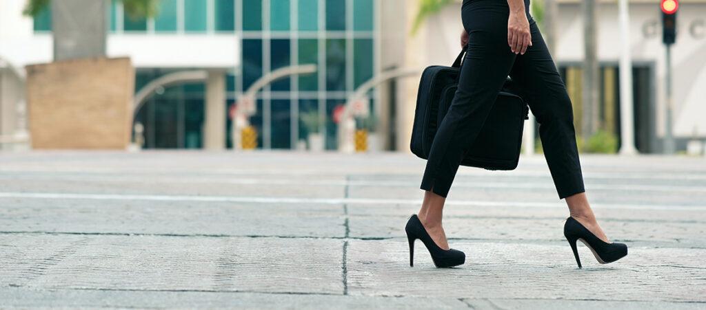 Kobieta w czarnych szpilkach na platformie