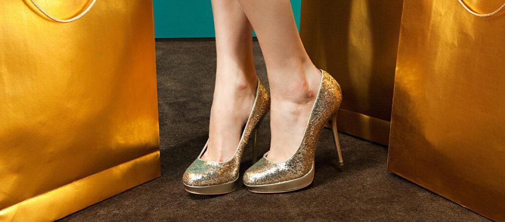 Modelka w złotych szpilkach