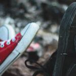 czarne vansy i czerwone conversy