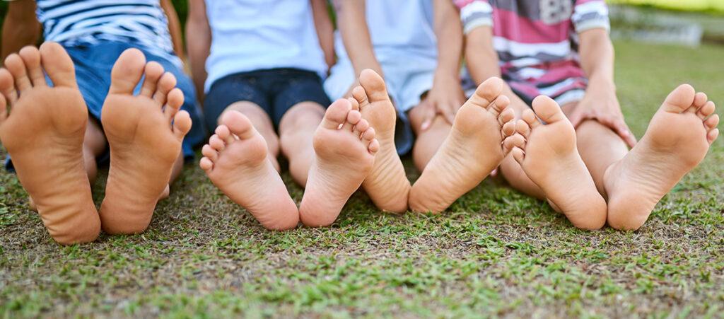 Cztery pary gołych stóp