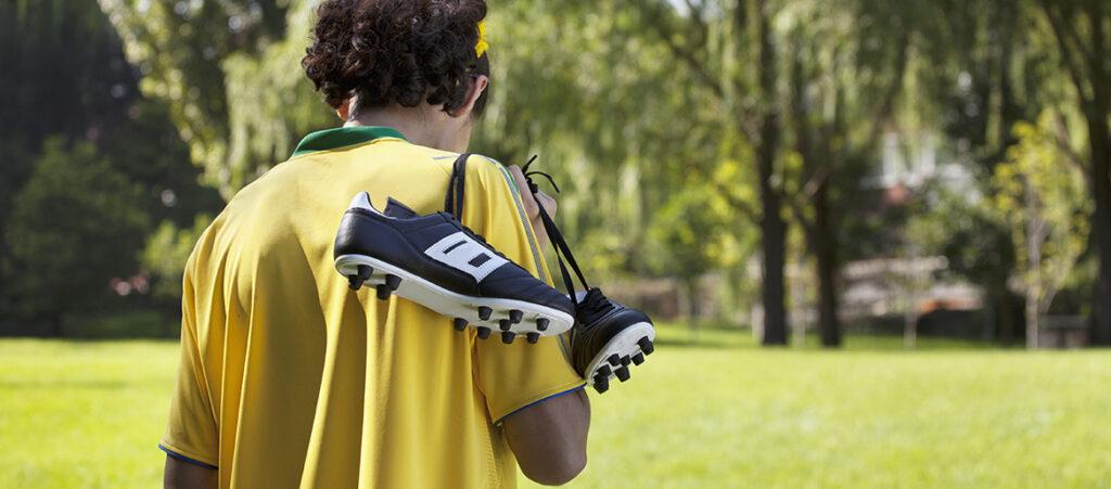 piłkarz niosący korki