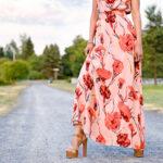 modelka w kwiecistej sukience maxi i brązowych sandałach na obcasie