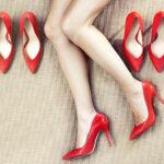 nogi modelki w czerwonych szpilkach