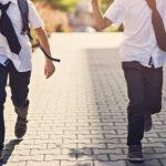 Dzieci biegnące na rozpoczęcie roku szkolnego w butach galowych