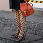 Rajstopy i sandały - streetstyle
