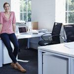 Kobieta w biurze w balerinach