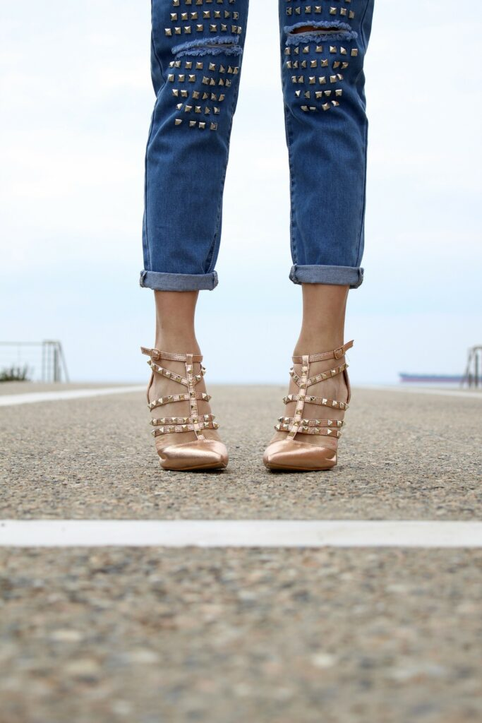 Sandały z ćwiekami na szpilce