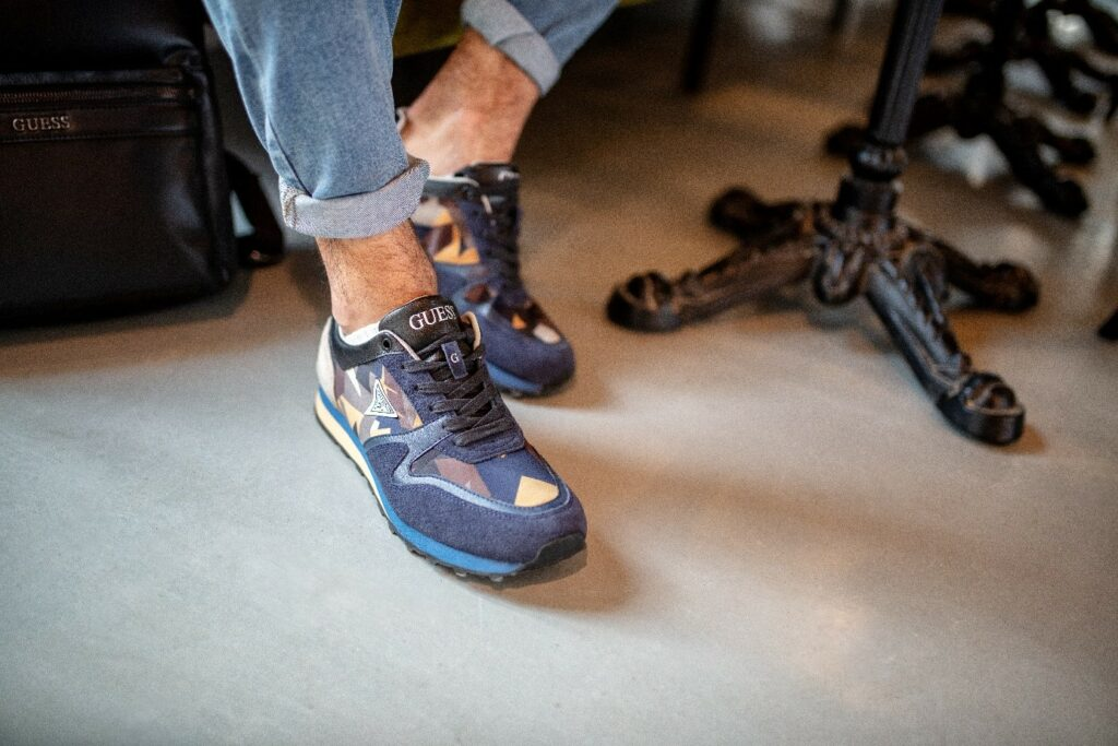 Prezent na Dzień Chłopaka - sneakersy Guess