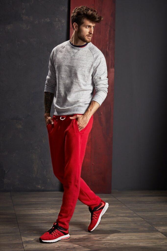 Czerwone sneakersy w smart-casualowej stylizacji
