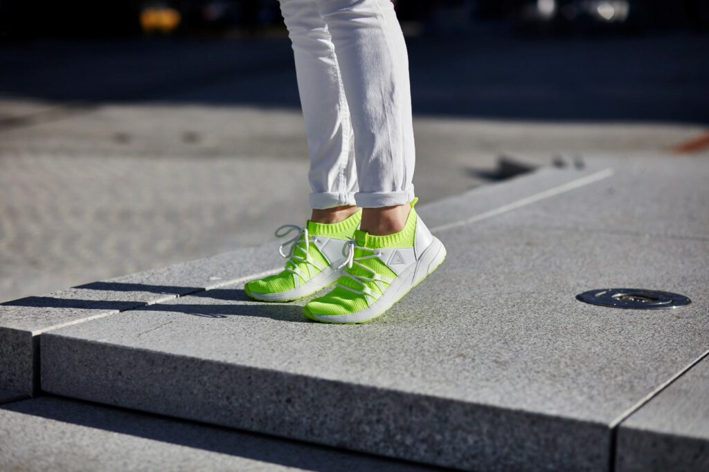 Neonowe sneakersy - trand z lat 90