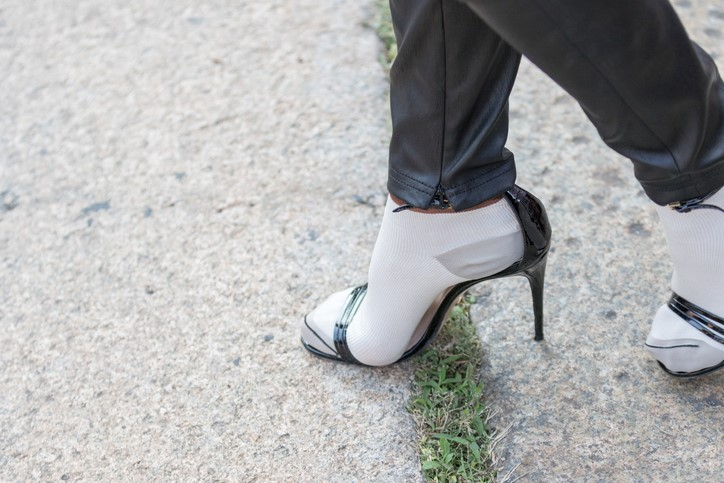 skarpety i sandały na szpilce
