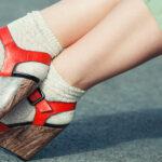 Sandały i skarpety w stylizacji z sukienką