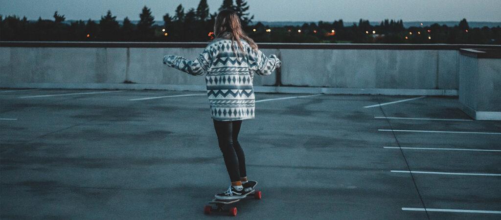 Dziewczyna na deskorolce - skate style
