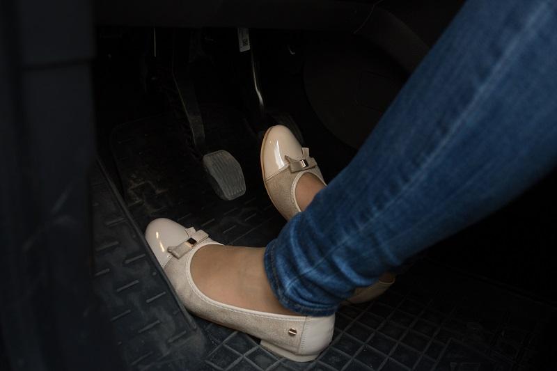 jakie buty do jazdy samochodem